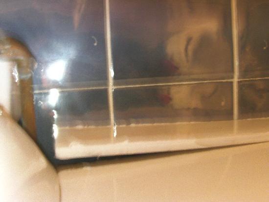 Baytree Lodge: Leak in wash basin