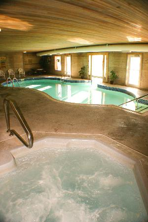 BEST WESTERN Designer Inn & Suites: Heated indoor/outdoor pool with swim through