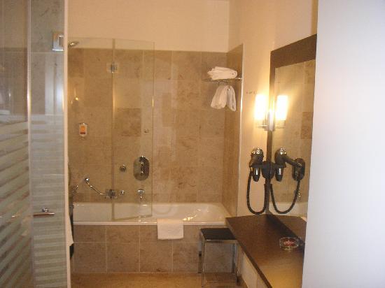badezimmer mit badewanne. Black Bedroom Furniture Sets. Home Design Ideas
