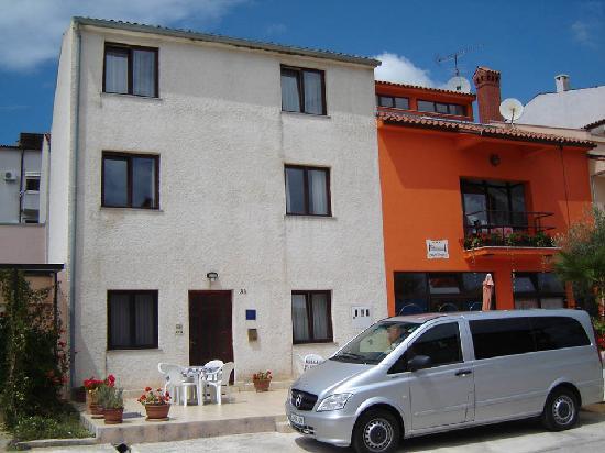 Appartments Barbara: Fachada exterior, y parking.