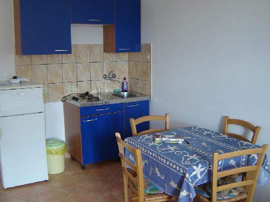 Appartments Barbara: Cocina y comedor en la habitación triple.