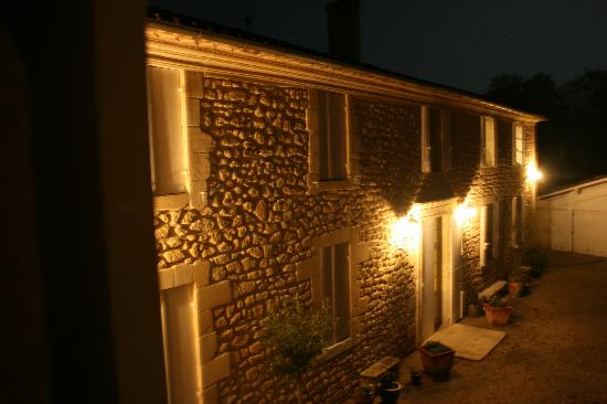 Naujan-et-Postiac, France: Villa at night