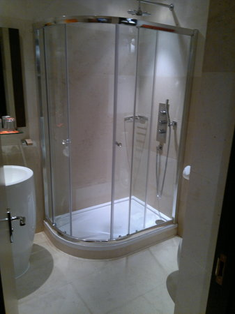 Hotel Indigo London Tower Hill: Spacious shower