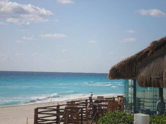 Live Aqua Beach Resort Cancun: beachfront restaurant near pool