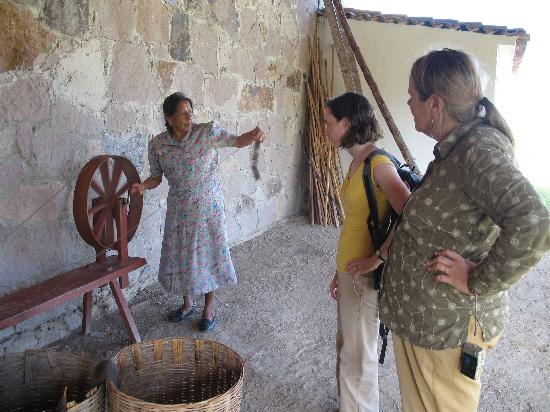 La Grana Tejidos: A lesson in traditional spinning techniques.