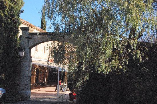 Le Domaine de la Reynaude: la cour d'entrée