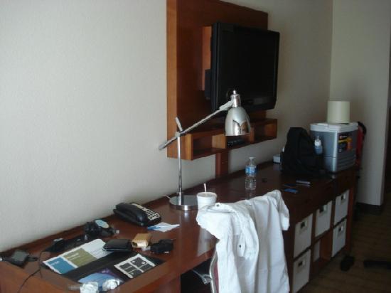 Wyndham Garden San Antonio near La Cantera: desk/tv/drawers in room