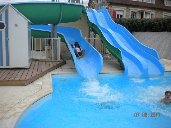 Merville-Franceville-Plage, France: toboggans de la piscine exterieure
