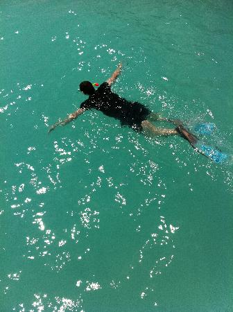 Kuramathi Island Resort: Swimming in the lagoon