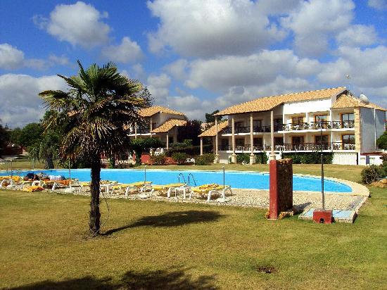Luzmar Villas: Piscina, jardines y villas.
