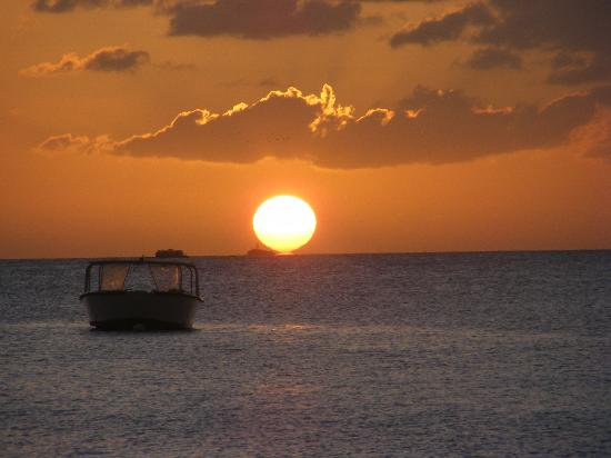 Connie's Comfort Suites: Beautiful sunset at Dickenson Bay, just 20 minutes away from Connies