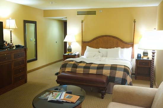 The Fess Parker - A Doubletree by Hilton Resort: Spacious rooms, I counted nine lamps