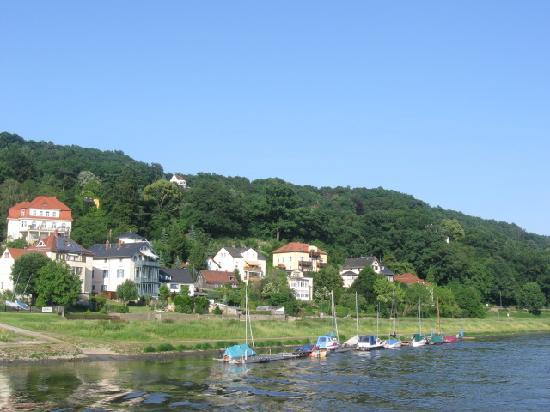 Elbufer Dresden: Abfahrt am Ufer