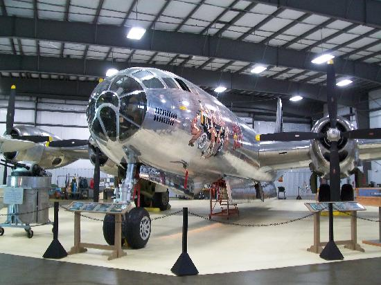 Windsor Locks, Коннектикут: The B29 dwarfs the room