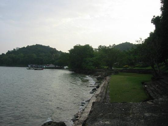 Hinsuay Namsai Resort Hotel: Shoreline (No beach at high tide)