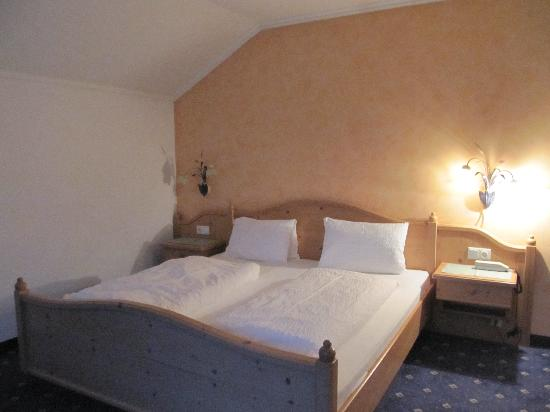 Hotel-Gasthof zum Schwanen: The bed in the bedroom