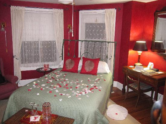 Thurston House Bed and Breakfast: Rose petals <3