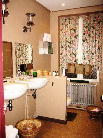 Bed in Versailles villa de la pièce d'eau des suisses : Adjacent bathroom