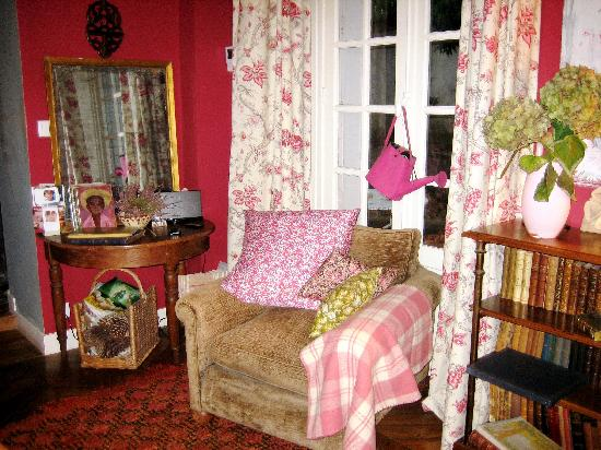 Bed in Versailles villa de la pièce d'eau des suisses : One corner of the dinning room