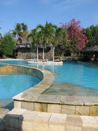 فيلا أومباك هوتل: the pool