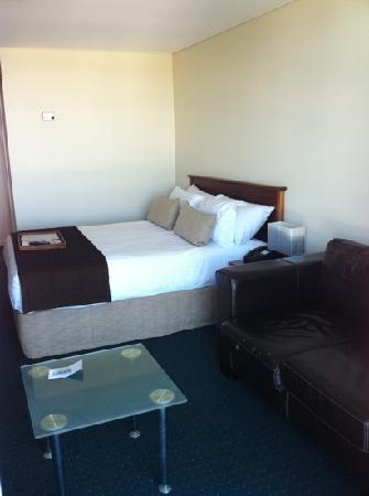 Rydges Gladstone Hotel: Bed + Lounge