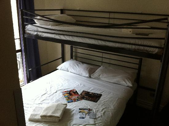 Nomads Auckland Backpackers Hostel : Deluxe double room (ensuite)