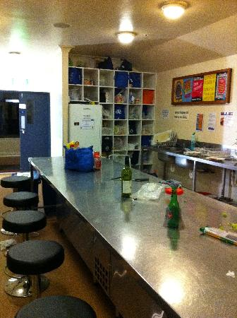 Nomads Auckland Backpackers Hostel : Shared kitchen