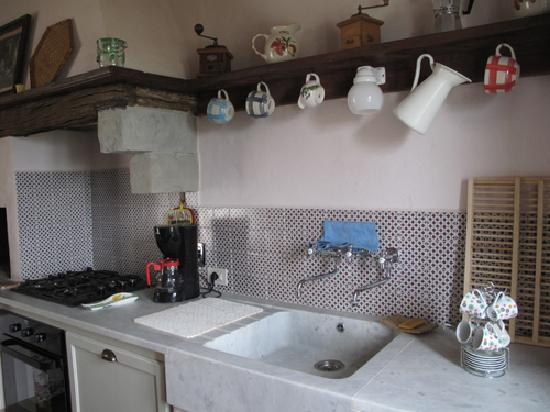La Grencaia Bed & Breakfast: Well appointed kitchen in self-catered room