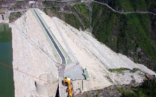 Club Mahindra Kanatal: (Bonus pic) Tehri Dam top view