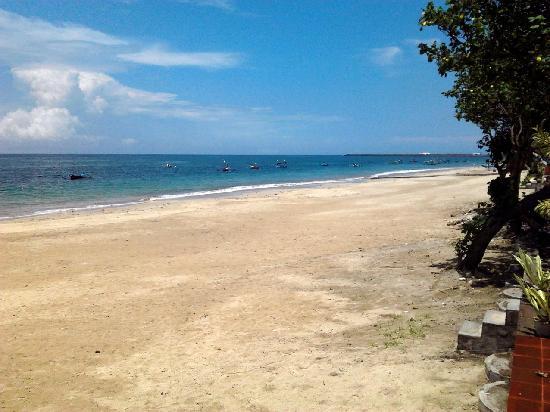 Bawang Merah Beachfront Jimbaran: View to the north: airport and then Kuta