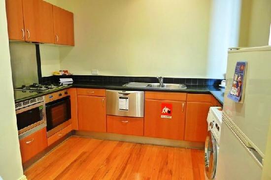 Kirribilli Village Apartments Sydney: Kitchen & washing area