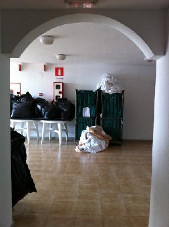 Apartamentos Palmera Mar: what we woke up to every morning in corridor