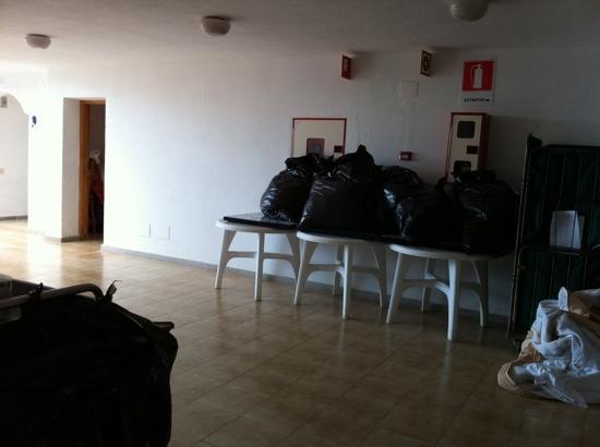 Apartamentos Palmera Mar: corridor every morning