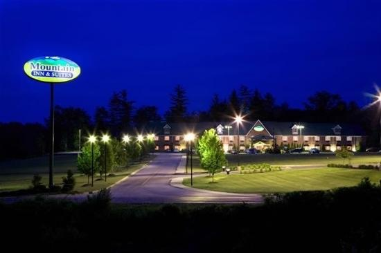 Mountain Inn & Suites: Exterior - @ night