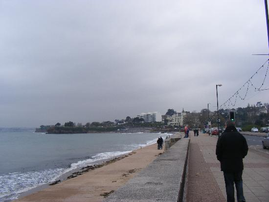 Premier Inn Torquay Hotel: beach at the front of hotel