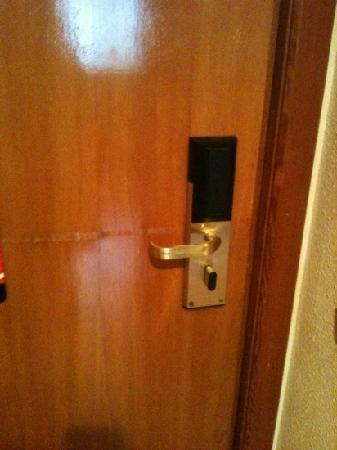 Hotel Zentral Parque: puerta habitación