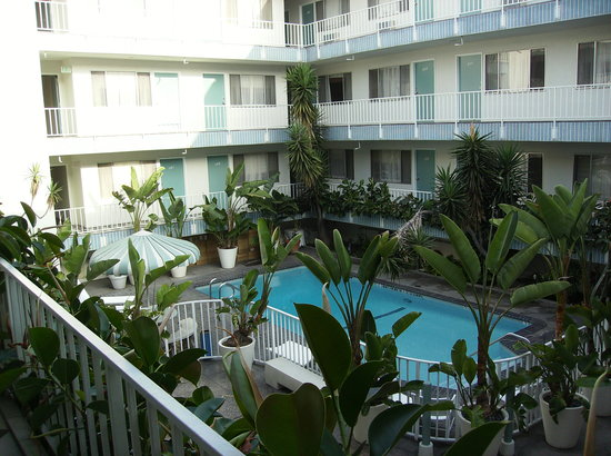 Beverly Laurel Motor Hotel: pool inside the hotel area , no one can see your there from street