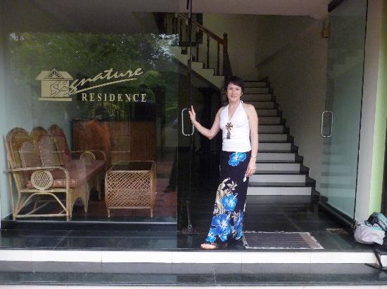 Signature Residence: у входа в отель