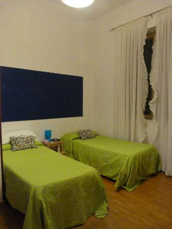 Cielo Vaticano Guest House: Our bright and comfy bedroom