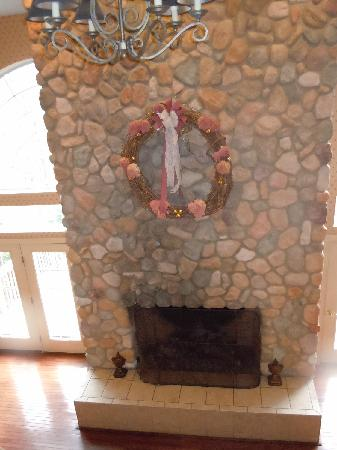 Christmas Farm Inn & Spa: Fireplace in The Carriage House
