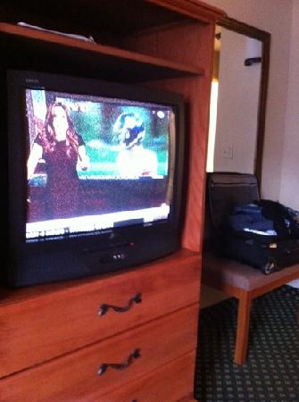 Holiday Inn Express Windsor - Sonoma County: terrible picture quality on all channels