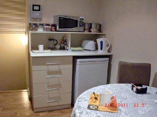 Como Bed and Breakfast: The delightful little pantry area, generously stocked with beverages, juices, milk, biscuits, ce