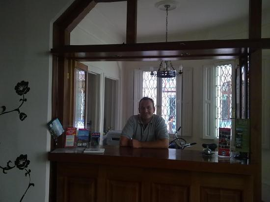 Casa Bonita Bed & Breakfast: Owner Dennis behind the reception desk