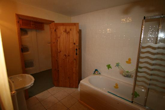 Higher Lank Farm: bathroom at bo peep