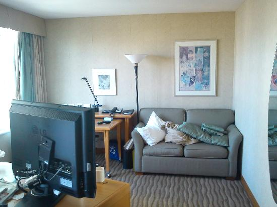 Delta Hotels by Marriott Vancouver Suites: Sofa bed and desk area