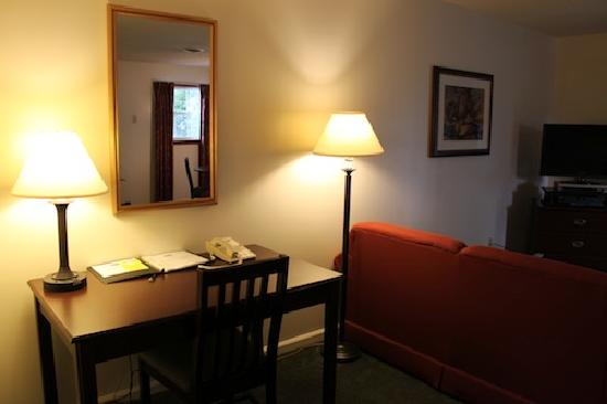 Yankee Suites Extended Stay: Desk And Living Room