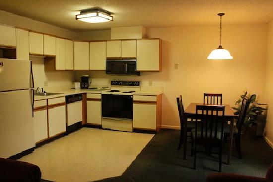 Yankee Suites Extended Stay: Kitchen and Dining Area