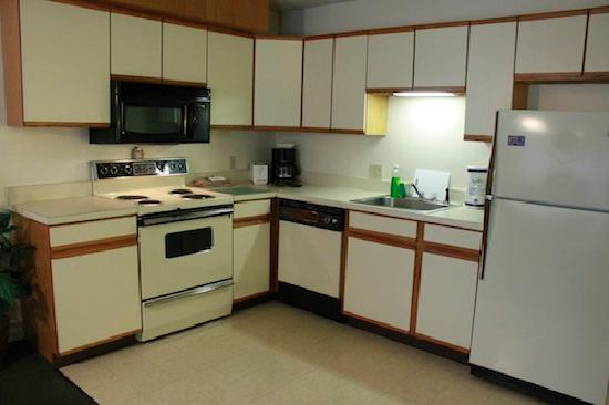 Yankee Suites Extended Stay : Kitchen