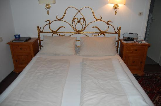 Hotel Laimer Hof: Very comfortable traditionally made German bed!