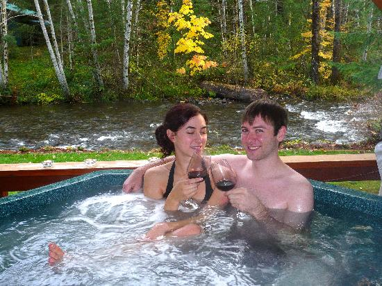 BaseCamp Cottages: Hot tub with a view